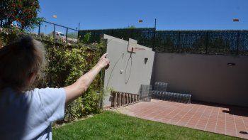 Los vecinos reclaman seguridad. La dueña de una casa, que sufrió varios intentos de robo, decidió poner alambre electrificado.