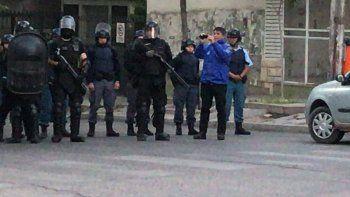 la policia desalojo a los estatales de las calles en casa de gobierno