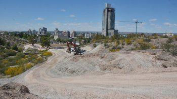 Neuquén aún tiene tierras fiscales ociosas para vender, según el oficialismo. Para el concejal Luis Durán, se detectaron irregularidades.