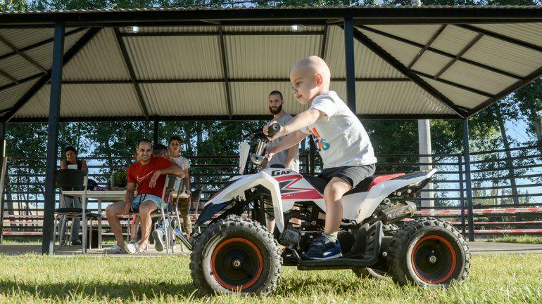 ¿Futuro piloto? El pequeño Milo demostró que la tiene clara en el manejo de su cuatri.