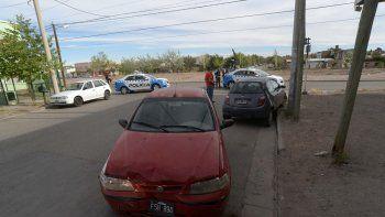 El matrimonio que iba en el Palio rojo con su hija chocó al Ford Ka que se encontraba estacionado en la cuadra.