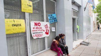 Fuera de la sala judicial, las pancartas piden justicia para las víctimas.