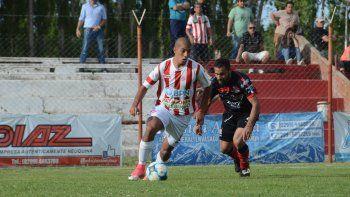 Villegas, uno de los lesionados, aguanta el balón frente a un defensor rival. Empate con sabor a poco.