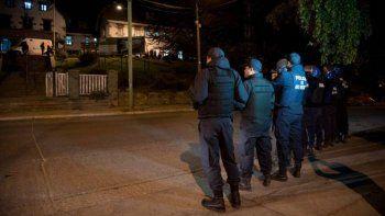 Efectivos de la Policía de Río Negro, frente al hospital zonal.
