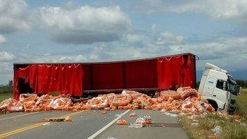 Robaron las gaseosas de un camión tras un choque fatal