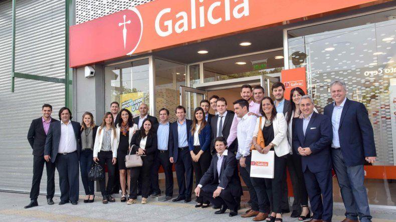 El banco galicia suma servicios con una sucursal en el for Banco galicia busca cajeros