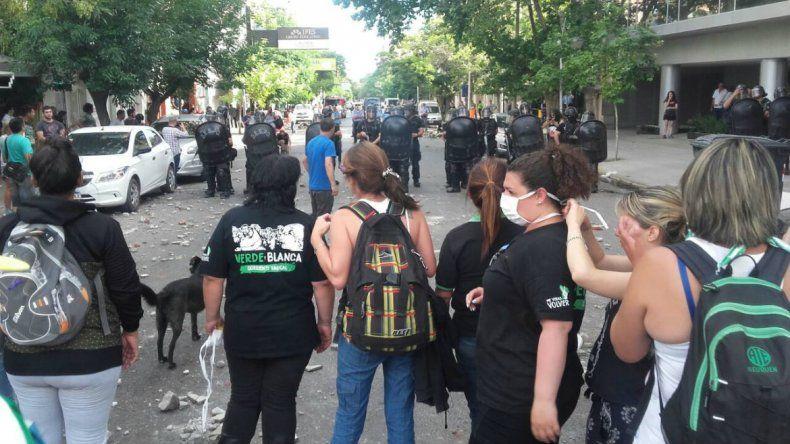 Tras los enfrentamientos de ATE y Policía se vive una tensa calma en el centro neuquino
