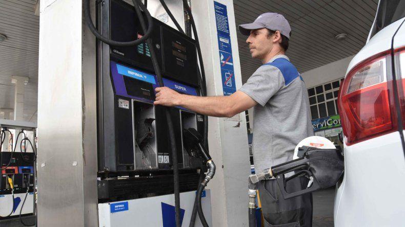 En las estaciones de servicio de la capital neuquina ya rigen los nuevos precios de los combustibles.