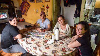 Lautaro en la intimidad de su hogar junto a su mamá Vanesa y sus hermanos Luciano y Maira. Mates y galletitas para recibir amablemente a LM Neuquén.