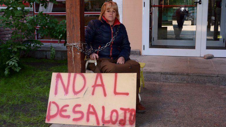 Marcela Espinós frente al juzgado de Junín. Pide frenar un desalojo y acusa al juez Andés Luchino de parcial.