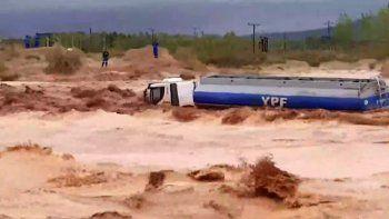 El camión de YPF quedó atrapado entre la arcilla y el barro por la lluvia.