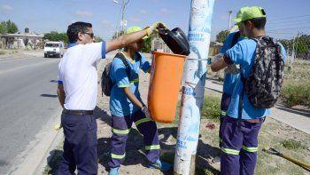 Los empleados municipales instalaron los cestos.