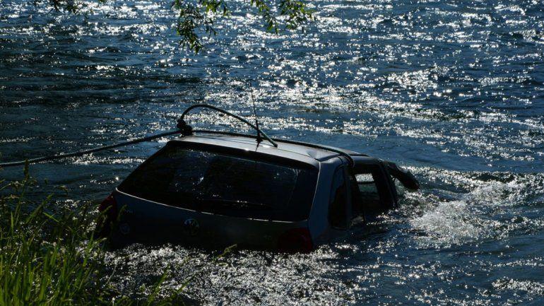 Por una mala maniobra terminaron con el auto dentro del río Chimehuin