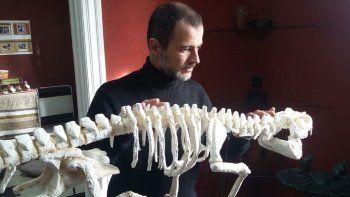 El paleontólogo Flavio Bellardini, junto a la flamante réplica del cocodrilo cretácico que, desde ayer, es expuesta en el Museo de Ciencias Naturales de Senillosa.