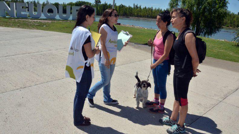 El Municipio salió ayer a concientizar sobre la tenencia responsable en la zona del Paseo de la Costa.