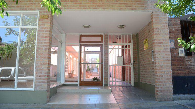 Los ladrones burlaron la puerta de ingreso al complejo y luego forzaron la del departamento para robar.