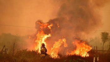 El avance de las llamas amenaza las casas de varios famosos.