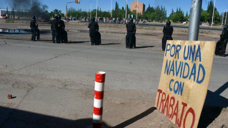 La maderera fue ocupada por algunos trabajadores en rechazo al cierre. La policía disparó balas de goma contra los manifestantes que