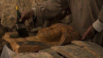 La misión de este hallazgo la lideró el arqueólogo Mostafa Waziri. Las tumbas probablemente pertenecieron a altos funcionarios de la época. También se encontraron cientos de objetos de madera y cerámica.