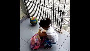 una nena guarda a su perrito en la mochila escolar