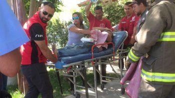 un obrero cayo desde el techo a las rejas de una casa y resulto herido