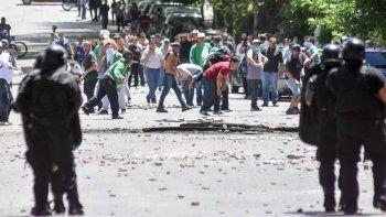 Cuatro horas de tensión: una lluvia de balas y piedras que causaron destrozos y caos