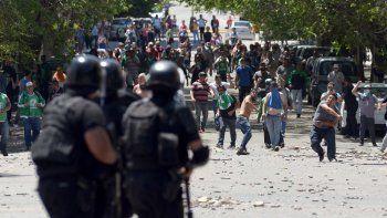 El enfrentamiento con piedras, balas de goma y gases lacrimógenos entre trabajadores estatales y la Policía provincial se extendió por cuatro horas en las inmediaciones de Casa de Gobierno.