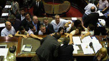 Gritos y desorden. De todo pasó en la sesión interrumpida en la Cámara baja. Elisa Carrió propuso levantarla.