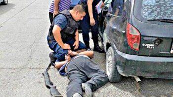 El hombre fue detenido. Llevaba a la mujer atada en el auto.