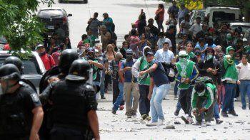 La Policía no cesó de disparar balas de goma y los manifestantes de ATE resistieron los embates con piedras.