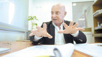 Guillermo Pellini, con toda la documentación de su periplo de casi dos años de gestiones, contó su calvario.
