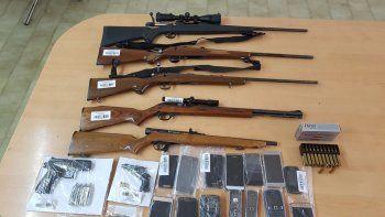 El arsenal de armas y municiones que secuestró la Policía en el operativo.