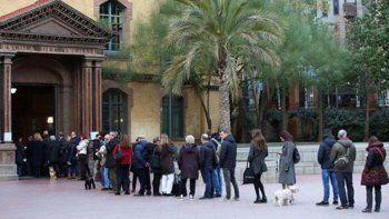Largas filas para votar en Cataluña.