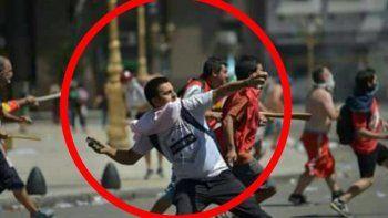 Policía bonaerense arrojaba piedras en el Congreso