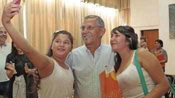 Horacio Quiroga con dos vecinas del oeste, ayer, en el Municipio