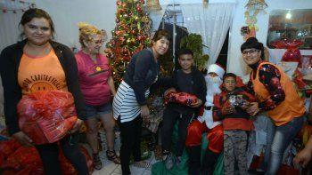 Los chicos tuvieron la visita de Papá Noel y recibieron regalos.
