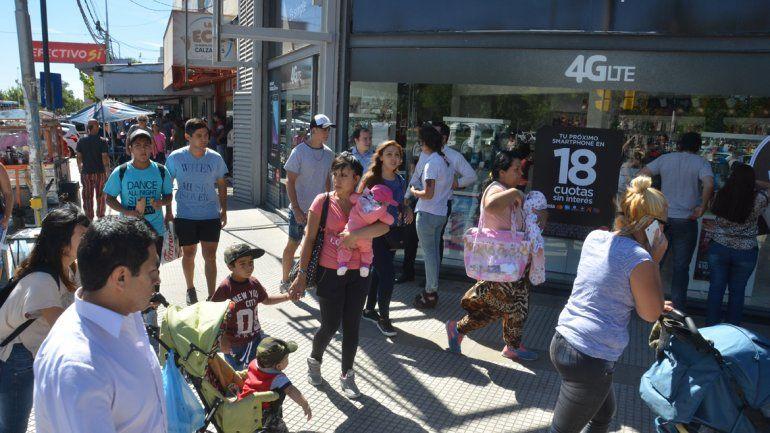 En el Bajo neuquino se concentraron miles de personas para hacer compras.