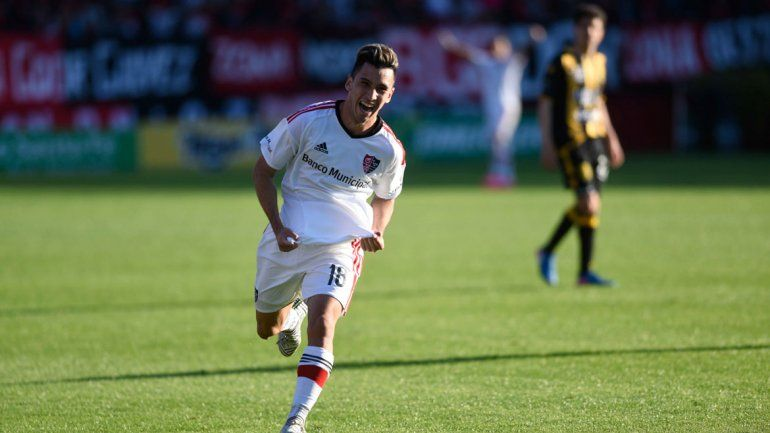 Joaquín Torres festejando su gol con la camiseta de Newells frente a Olimpo.