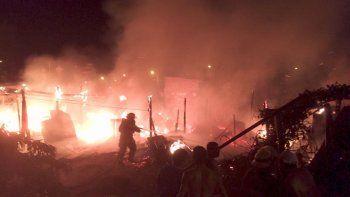 Se quemaron dos casillas y un auto en un incendio en Cuenca XV