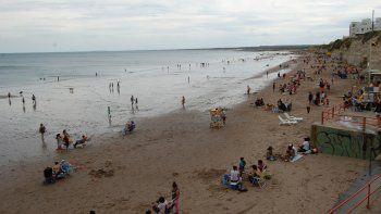 La tarde gris alejó de la playa a los turistas en Las Grutas