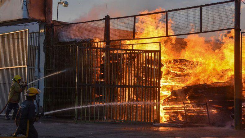 El incendio de una maderera dejó un tendal de reclamos