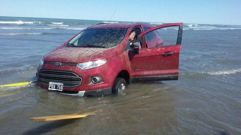 9/2016 Playa Las Conchillas. Una Ford Ecosport fue casi tapada por el océano. Un tractor utilizado para mover lanchas de pescadores artesanales la arrastró hasta la costa.