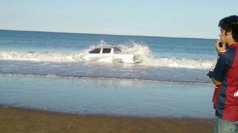 5/2012 Rescatada por Bomberos. Una familia de Plaza Huincul vio cómo su camioneta Toyota Hilux quedaba cubierta por el agua cuando se registró la pleamar. Un imog de Bomberos la salvó.