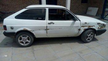 El Volkswagen Gol de color blanco fue secuestrado por la Policía.