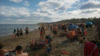 Cuando la marea sube en horas pico, los visitantes deben instalarse de la cuarta a la séptima bajada, a las que les quedan algunos metros de playa.