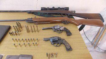 La Policía secuestró gran cantidad de armas y municiones.