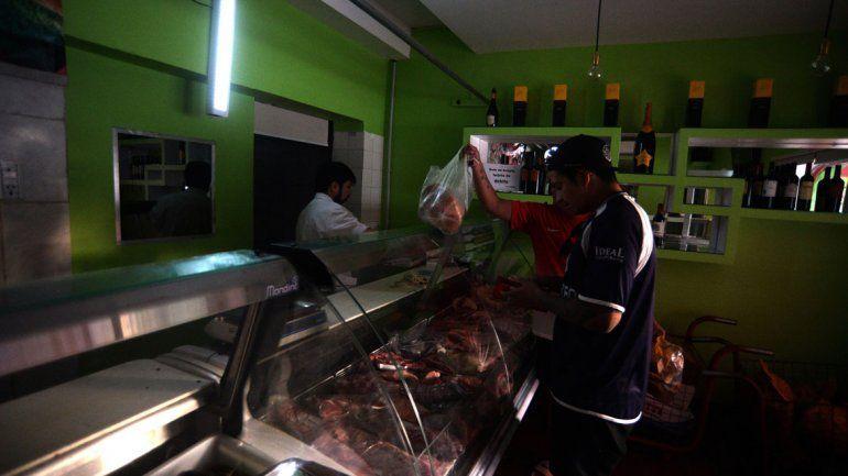 En una carnicería pusieron una luz de emergencia. Estaban muy enojados por la cantidad de horas que duró el corte.