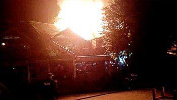 un incendio destruyo una pizzeria en el centro de villa la angostura