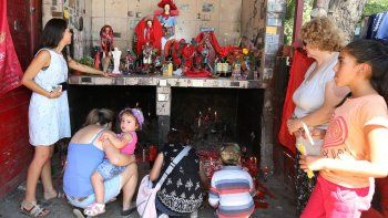 Grandes y chicos le fueron a pedir por salud y trabajo al Gauchito Gil, el santo de los pobres, en un año difícil.