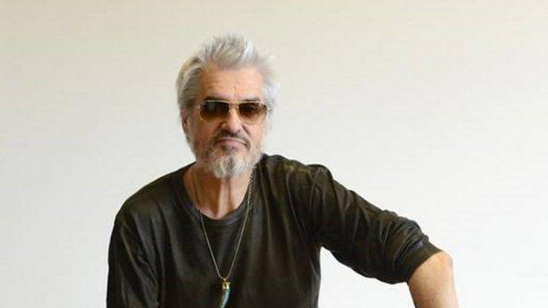 Exiliado por las denuncias de acoso, Pettinato toca el saxo a la gorra en Nueva York